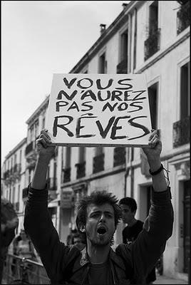 un manifestant tenant une pancarte sur laquelle est écrit Vous n'aurez pas nos rêves
