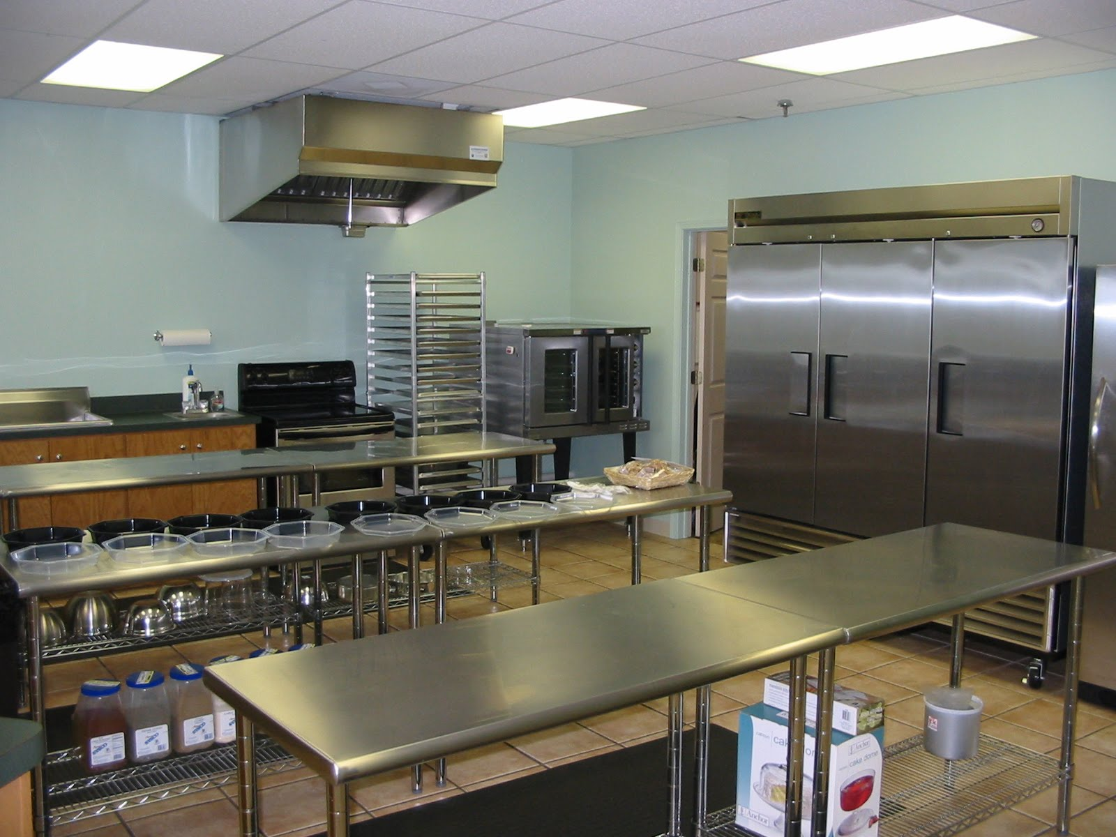 Small commercial kitchen afreakatheart for Professional kitchen design