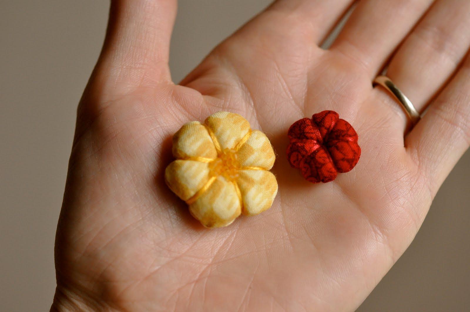 Цветочки из ткани для украшения своими руками