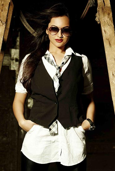 Sonakshi Sinha Pics & Wallpaper: Biography of Dabaang Debut Actress