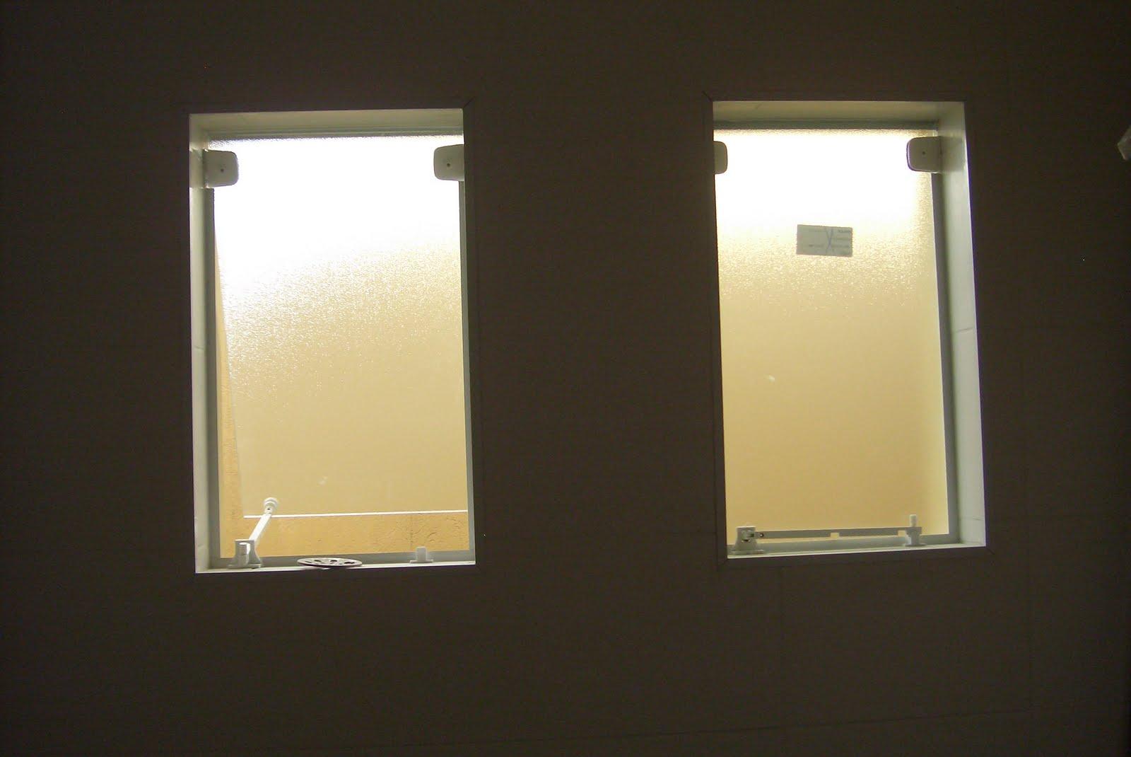 Porta de entrada sendo preparada para a instalacao (sim pessoas a  #938538 1600x1070 Banheiro Com Janela Grande