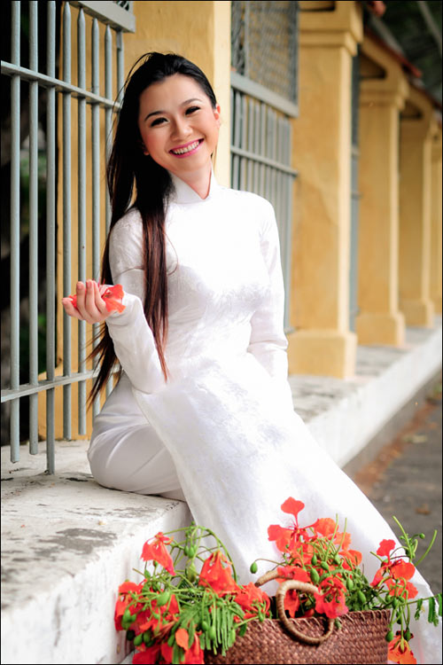 Sexy Vietnamese model in white ao dai pictures | Asian Gallery