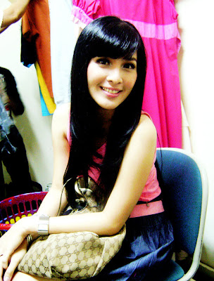 Foto Hot Sandra Dewi with Pink Dress