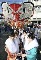 新成人、喜びを大凧に乗せて…滋賀・東近江