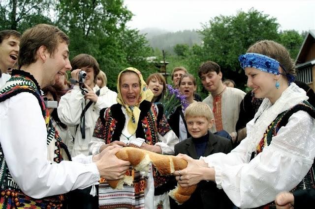 Весілля в українських Карпатах традиція розривання молодятами весільного хліба калача
