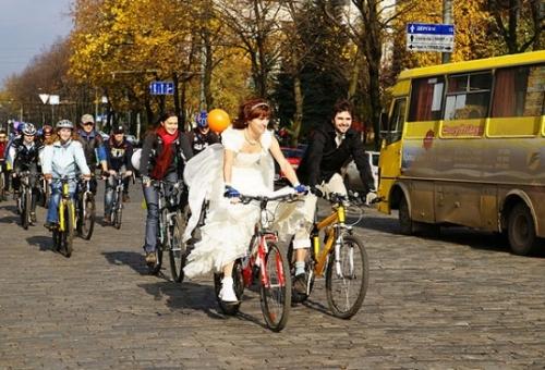 Наречена і наречений на велосипедах весілля в Харкові Україна