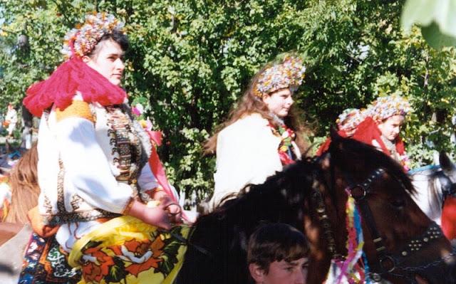 Весілля в українських Карпатах молода і дружки на конях