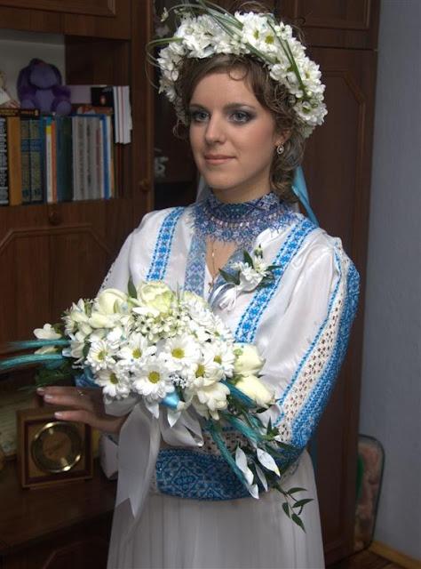 Прекрасна наречена у вінку з живих ромашок Західна Україна