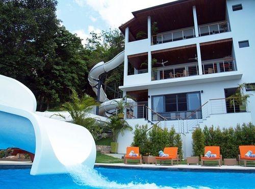 Blog de piscinas un tobog n en la piscina for Piscinas con toboganes