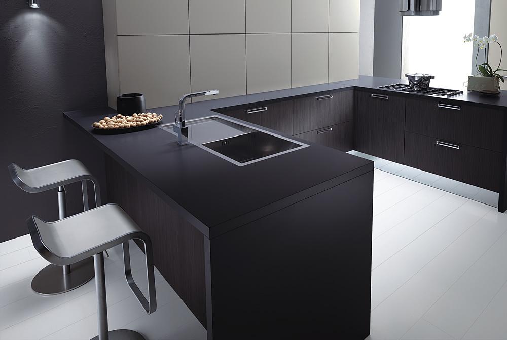 Hermoso diseño italiano de cocina en forma de U, donde el lavadero