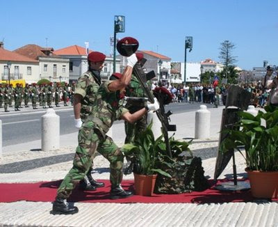 a7ae00280d0bc Os Comandos são uma força de elite do Exército Português com treino  avançado para a realização de operações ou manobras que envolvam alto risco  e baixo ...