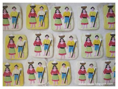 foto de várias peças da lembrança de gesso constituida por um salineiro e salineira com trajes típicos. as cores são amarelo, rosa, verde, azul, castanho, pérola.