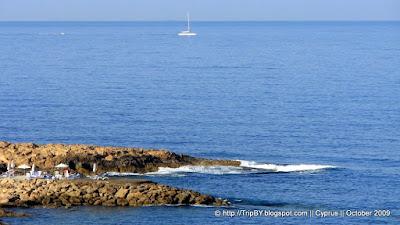Скалистая набережная. Яхта. Пафос. Средиземное море. Кипр. by TripBY.info