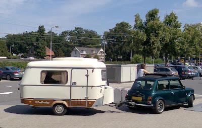 een mini met een mini-caravan erachter