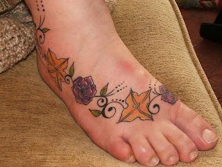 rosas e lírios tatuados nos pés