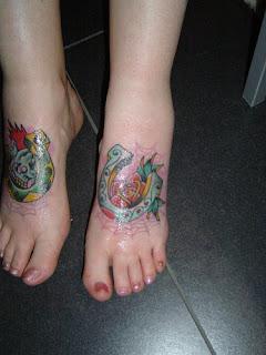 tatuagens de ferradura nos pés