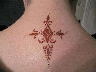 tattii-henna-pescoço