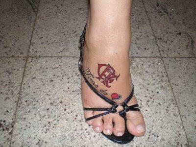 http://2.bp.blogspot.com/_vBAclcKAuSQ/StNK-QI_MlI/AAAAAAAAGkg/Z8wjCgH74us/s400/tattoo-escudo-do-flamengo-nos-p%C3%A9s.jpg