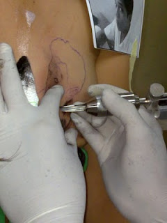 Proses Pembuatan Tato di Dada Wanita ( Kacau ! )