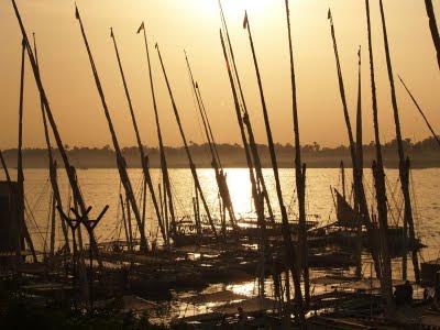 Nilo: feluche ormeggiate al tramonto