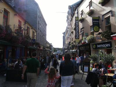 E And Y Galway Quay St., una callecita llena de bares, restaurantes y tiendas