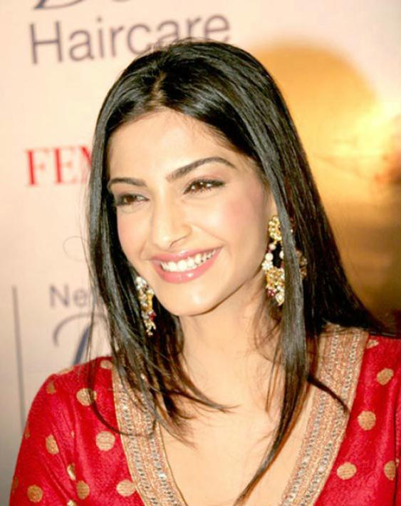 Sonam Kapoor Hot Photos, Sonam Kapoor Hot Wallpapers, Pics & Images