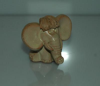 Kis agyag elefánt frizurával