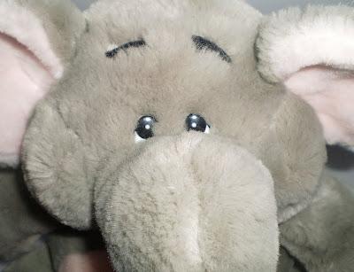 Rózsaszín hasú plüss elefánt