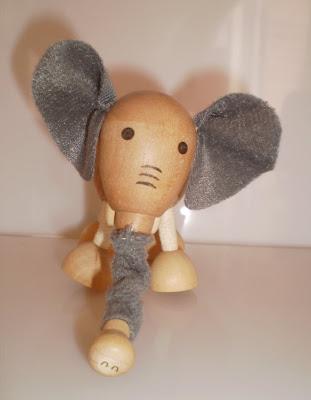 Elefánt zoknival az ormányán