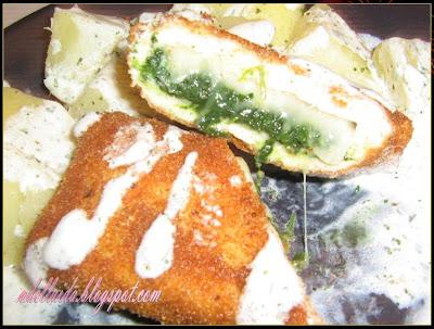Pachetele din piept de pui cu spanac si sos de iaurt
