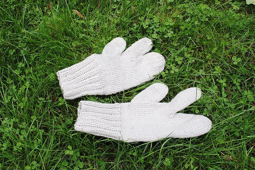Trigger Gloves Knitting Pattern : 5 Boys and a Princess: Trigger Finger Mittens