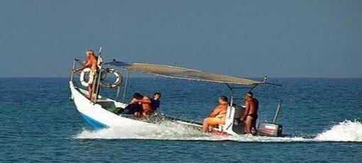 barquinho a deslizar no mar