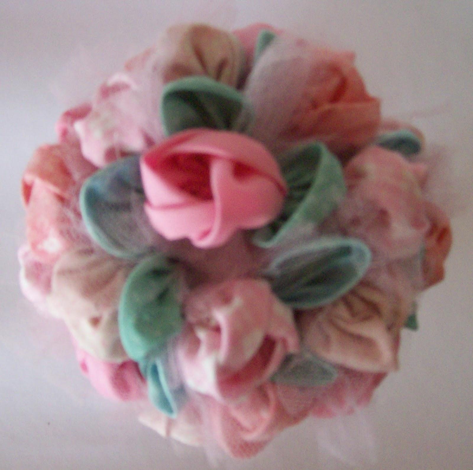 tipos de telas en rosa, tul, macetita, varillitas y esferas de