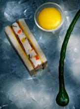 Sandwich di gelato al parmigiano reggiano e verdure candite, prosciutto di Parma, salsa alla rucola