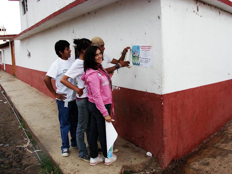 Pegando carteles de separación de residuos sólidos