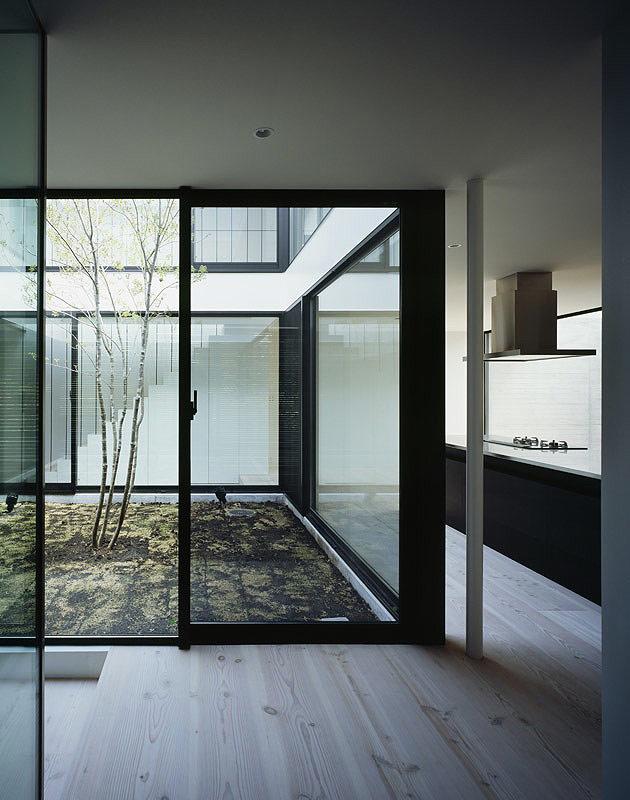 La casa patio un proyecto de apollo architects - Casas con patio interior ...