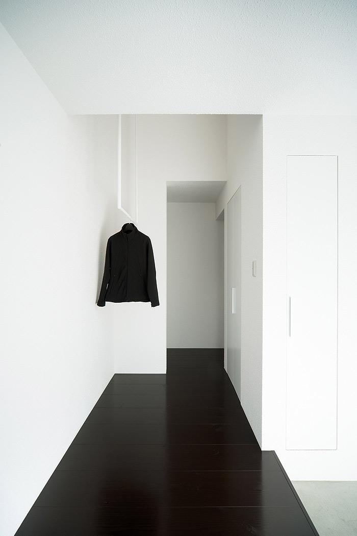 La casa con tejado a dos aguas de form kouichi kimura for Minimalist white house by koichi kimura