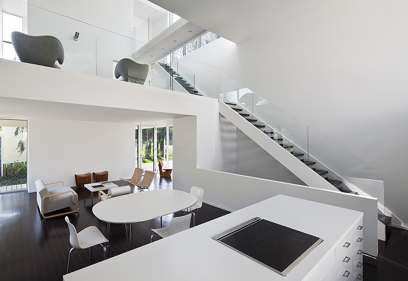 Una casa llena de luz por david jameson architects for Casa minimalista interior blanco