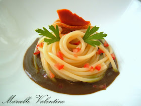 Spaghetti con fasolari su fondo bruno di tonno...