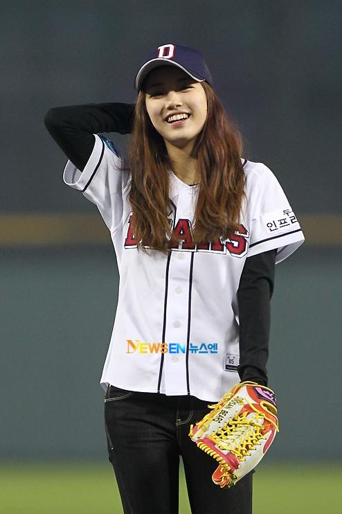 miss A's Suzy throws the opening pitch for Doosan Bears