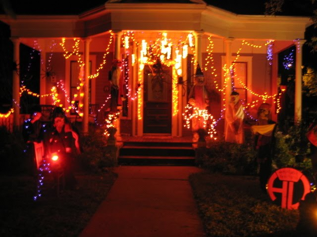 Mighty lists 13 cool home halloween displays for Cool halloween decorations to make at home
