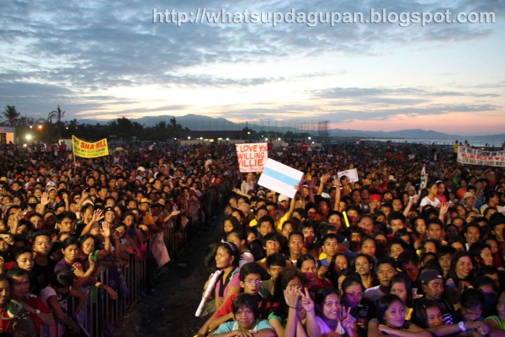 ww+crowd+at+Lingayen.jpg