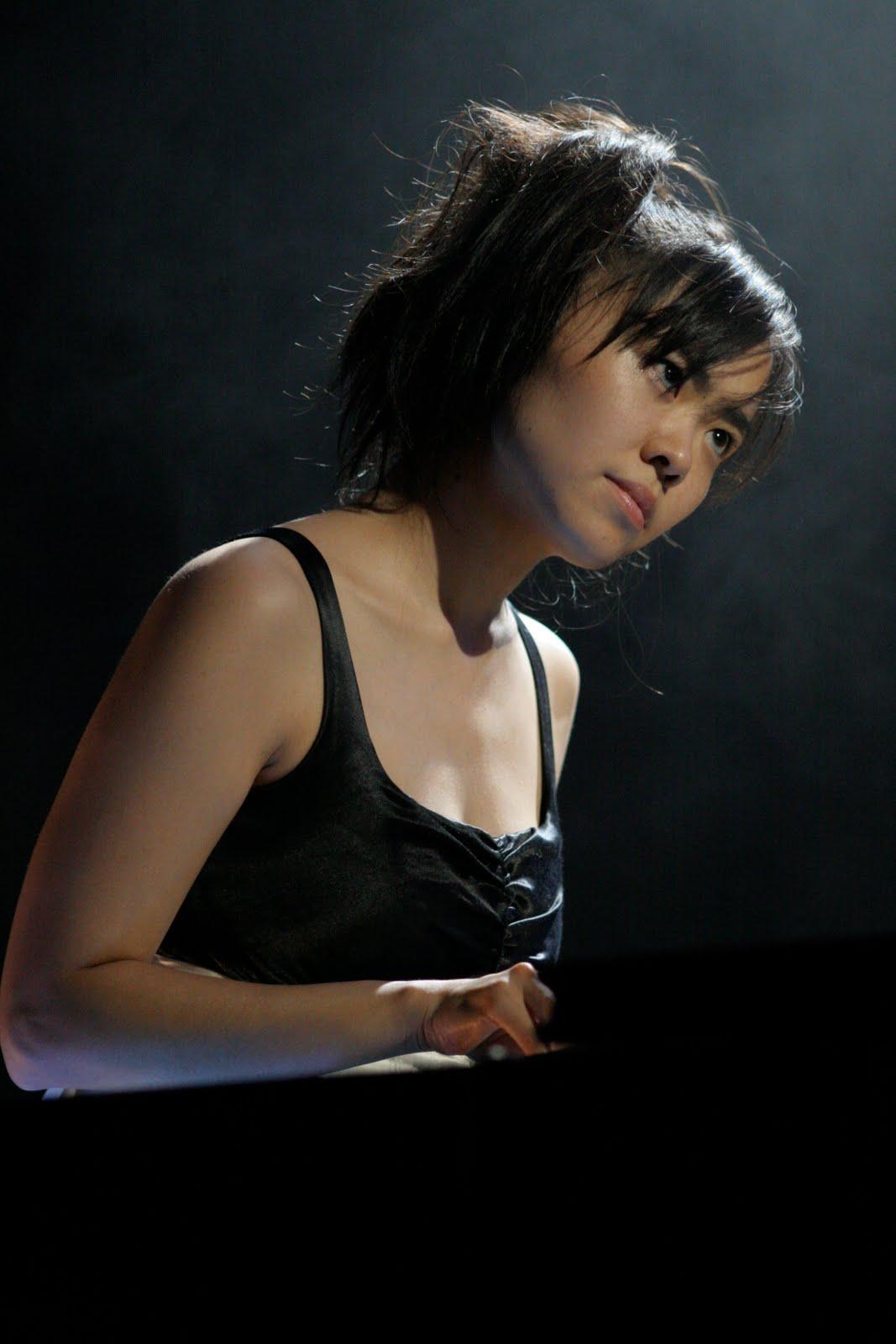 http://2.bp.blogspot.com/_vxRM7z378Jk/S-CK2WtO7cI/AAAAAAAAjHg/72IoWom5kCQ/s1600/Hiromi,_Jazz_pianist.jpg