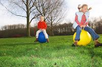 Los niños juegan sin preocuparse de lo que puedan obtener a cambio