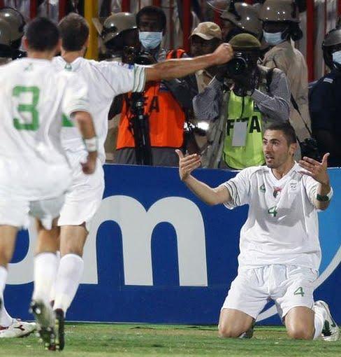 التعريف بعناصر المتخب الوطني الجزائري البداية مع زياني Antar+Yahia,+apr%C3%A8s+avoir+marqu%C3%A9+le+but+de+la+victoire