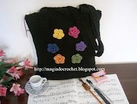 mala crochet preta flores coloridas