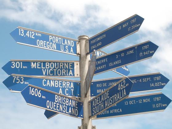 Uno de los rótulos que te dice a que distancia queda todo aquí en Australia