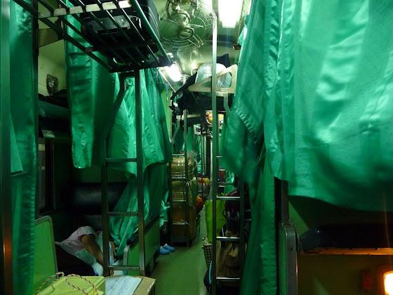 Así se ve el tren que va desde Bangkok hacia Chiang Mai, desde una de las camas de abajo