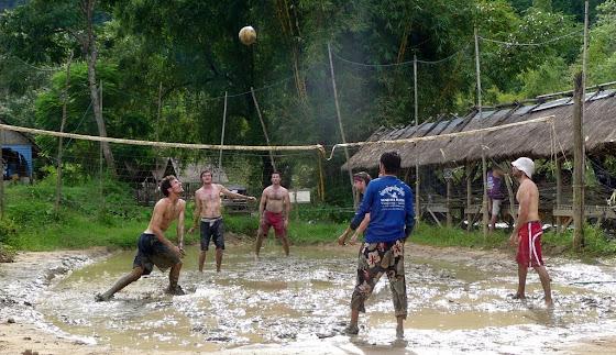 Aquí jugando en el barro volleyball