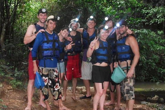 Aquí toda la banda divirtiéndonos para entrar a las cuevas